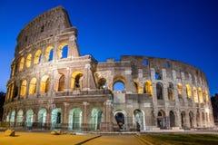 Berömda Colosseum under natthimlen i Rome arkivfoto