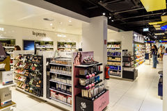 Berömda doftflaskor som är till salu i skönhetsmedel, shoppar Arkivfoto