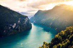 Berömda Geirangerfjord i det mjuka varma ljuset i sommaren Geiranger Norge, Skandinavien Arkivbild