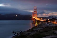Berömda Golden gate bridge, San Francisco på natten, USA Arkivfoto