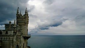 Berömda gränsmärkesöder av Krimet - slotten för rede för svala` s i molnigt väder royaltyfria foton