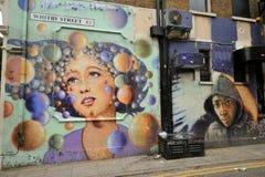 Berömda grafitti arbetar på gatorna av London, England Arkivbilder