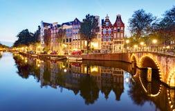 Berömda kanaler av Amsterdam, Nederländerna på den duskmous kanalnollan fotografering för bildbyråer