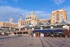 Berömda Kurhaus med några restauranger i Scheveningen, Nederländerna Arkivfoto