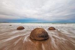 Berömda Moeraki stenblock, Koekohe strand, Nya Zeeland Arkivfoto