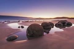 Berömda Moeraki stenblock på lågvatten, Koekohe strand, Nya Zeeland Arkivfoto