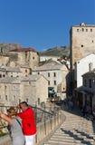 berömda mostar för Bosnienbro gammala turister Royaltyfri Fotografi