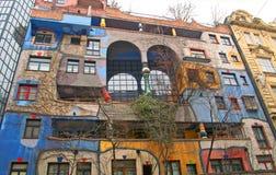 Berömda och bisarra flerfamiljshus av arkitekten Friedrich Hundertwasser Royaltyfria Bilder