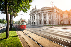 Berömda Ringstrasse med spårvagnen i Wien, Österrike Royaltyfria Bilder