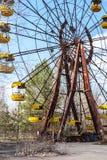 Berömda rostiga ferris rullar det in övergav nöjesfältet i Pripyat, Tjernobyl royaltyfri foto