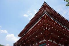 Berömda Senso-Ji, japansk tempel i Asakusa, Tokyo med dess typiska pagod och alla orientaliska arkitektoniska beståndsdelar Royaltyfri Foto