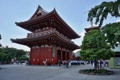 Berömda Senso-Ji, japansk tempel i Asakusa, Tokyo med dess typiska pagod och alla orientaliska arkitektoniska beståndsdelar Royaltyfri Bild