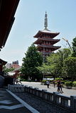 Berömda Senso-Ji, japansk tempel i Asakusa, Tokyo med dess typiska pagod och alla orientaliska arkitektoniska beståndsdelar Royaltyfria Foton