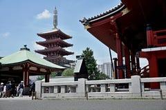 Berömda Senso-Ji, japansk tempel i Asakusa, Tokyo med dess typiska pagod och alla orientaliska arkitektoniska beståndsdelar Royaltyfria Bilder