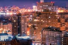 Berömda skyskrapor av New York på natten royaltyfri bild