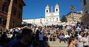 Berömda spanjormoment och den kyrkliga Trinit deien Monti upptill i Rome, Italien stock video