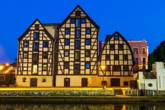 Berömda spannmålsmagasin på natten i Bydgoszcz, Polen royaltyfri bild