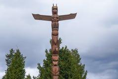 Berömda totempålar på Stanley Park Vancouver - VANCOUVER - KANADA - APRIL 12, 2017 Fotografering för Bildbyråer