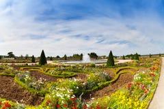 Berömda trädgårdar av Versailles i sommar, Frankrike Arkivbilder
