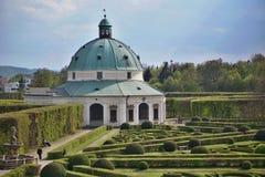 Berömda Unesco-trädgårdar i den Kromeriz staden i Tjeckien med dess gräsplan arbeta i trädgården i symmetrisk modell och dekorera arkivbilder