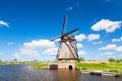 Berömda väderkvarnar i den Kinderdijk byn i Holland Färgrikt vårlandskap under solig dag för sommar i Nederländerna, Europa Unesc arkivfoto