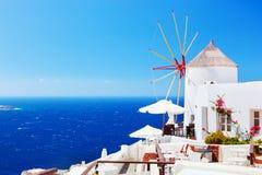 Berömda väderkvarnar i den Oia staden på Santorini, Grekland Royaltyfri Foto