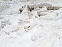 Berömda vita kalciumtravertines och tips i Pamukkale, Turkiet Arkivbild