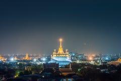 Berömda Wat Saket (guld- montering) i natt på Bangkok, Thailand Arkivfoton