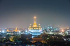 Berömda Wat Saket (guld- montering) i natt på Bangkok, Thailand royaltyfri fotografi