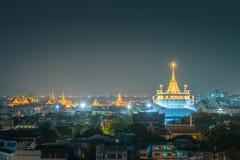 Berömda Wat Saket (guld- montering) i natt på Bangkok, Thailand Arkivbilder
