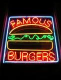 berömdt neontecken för hamburgare Fotografering för Bildbyråer