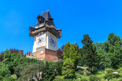 Berömdt ta tid på står hög (Uhrturm) i Graz, Österrike Royaltyfri Bild