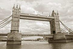 berömdt torn för bro Arkivbilder
