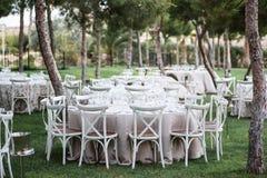 Berömgarneringar på bröllop i utomhus- restaurang Arkivfoton