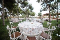 Berömgarneringar på bröllop i utomhus- restaurang Royaltyfria Bilder