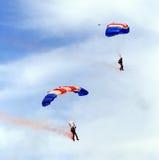 berömhoppmilitären hoppa fallskärm Arkivbilder