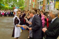Berömmen av den sista klockan i en lantlig skola i den Kaluga regionen i Ryssland Fotografering för Bildbyråer