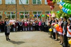 Berömmen av den sista klockan i en lantlig skola i den Kaluga regionen i Ryssland Arkivbild
