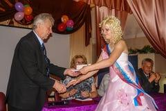 Berömmen av den sista klockan i en lantlig skola i den Kaluga regionen i Ryssland Arkivbilder