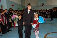 Berömmen av den sista klockan i en lantlig skola i den Kaluga regionen i Ryssland Royaltyfri Foto