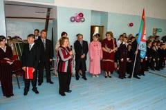 Berömmen av den sista klockan i en lantlig skola i den Kaluga regionen i Ryssland Arkivfoto