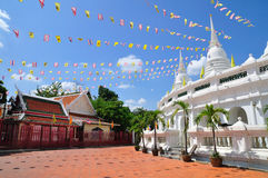 Berömmen av det thailändska tempelet Royaltyfria Bilder