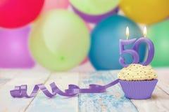 berömmuffin för 50 årsdag med stearinljuset Arkivfoto