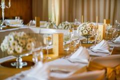 Berömplacering på bröllop, tabellgarneringar med blommor för parti eller bröllop royaltyfri fotografi