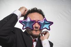 Berömt, affärsman med achieveren den stjärnor för exponeringsglas galen och rolig, royaltyfria foton