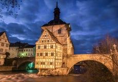 Berömt Bamberg stadshus med den Regnitz floden på natten, Bayern, Tyskland royaltyfri bild