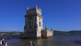 Berömt Belem torn i staden av Lissabon - LISSABON/PORTUGAL - JUNI 14, 2017 stock video