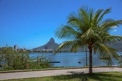 Berömt cykelspår Rodrigo de Freitas Lagoon och Dois Irmaos berg, Rio de Janeiro arkivfoto
