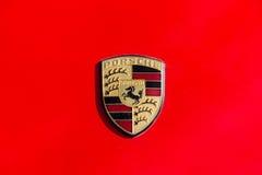 Berömt emblem av den Porsche bilnärbilden fotografering för bildbyråer
