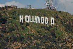 Berömt Hollywood tecken från en vinkelsikt under dagen royaltyfri bild